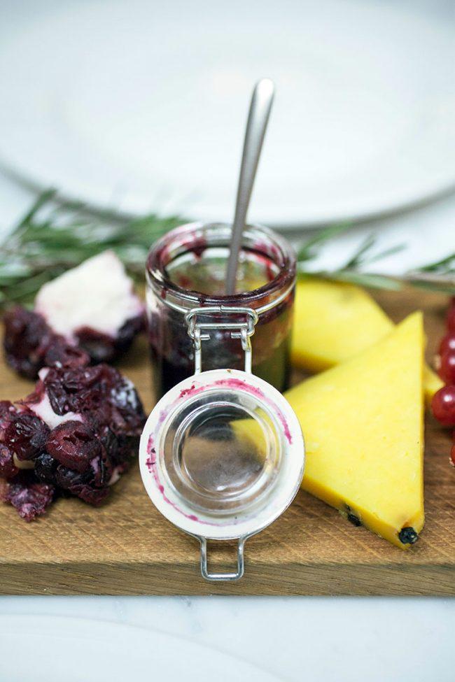 aperitivo con salse, mostarde e frutta