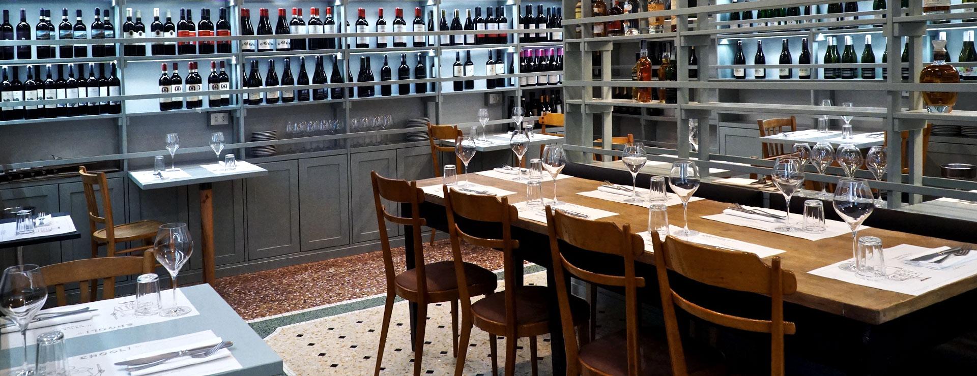 enoteca e tavoli per mangiare e aperitivo