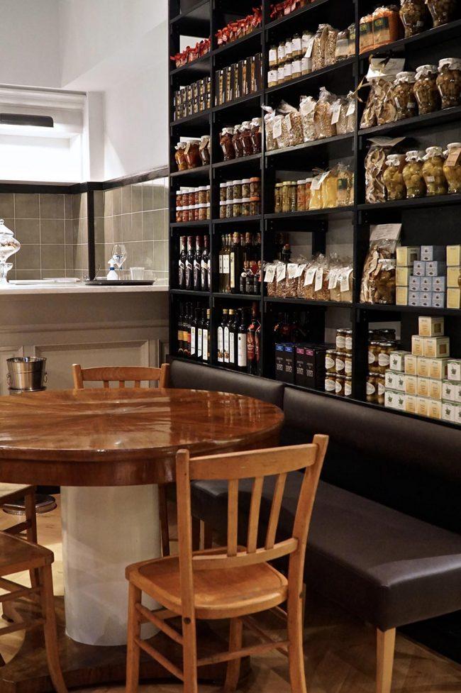 scaffale prodotti eccellenza e tavolo ristorante zona prati