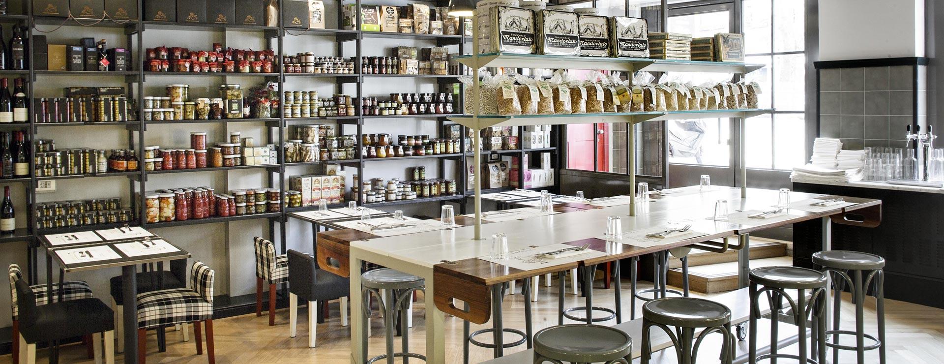 ristorante con scaffali per la spesa