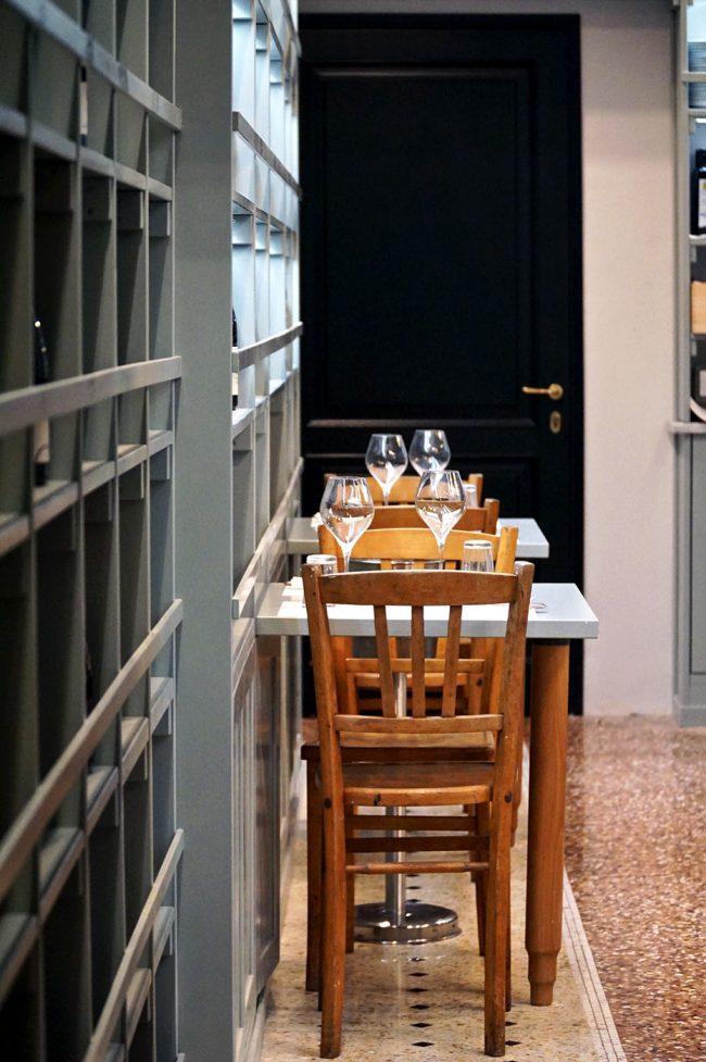 tavolo per due vicino scaffale prodotti alimentari