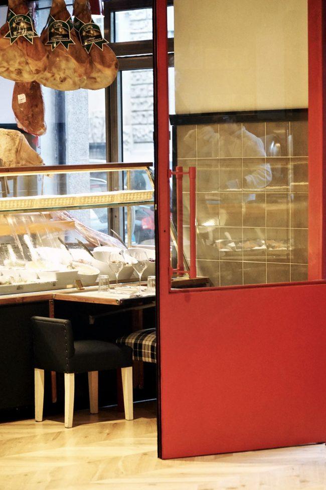 ercoli porta rossa gastronomia e tavolo per mangiare