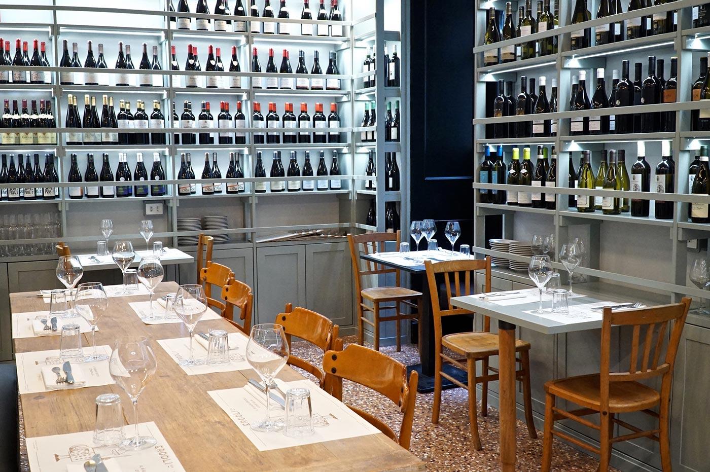 scaffali vino e tavoli per mangiare