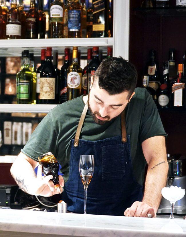 federico tomasselli mentre prepara un cocktail