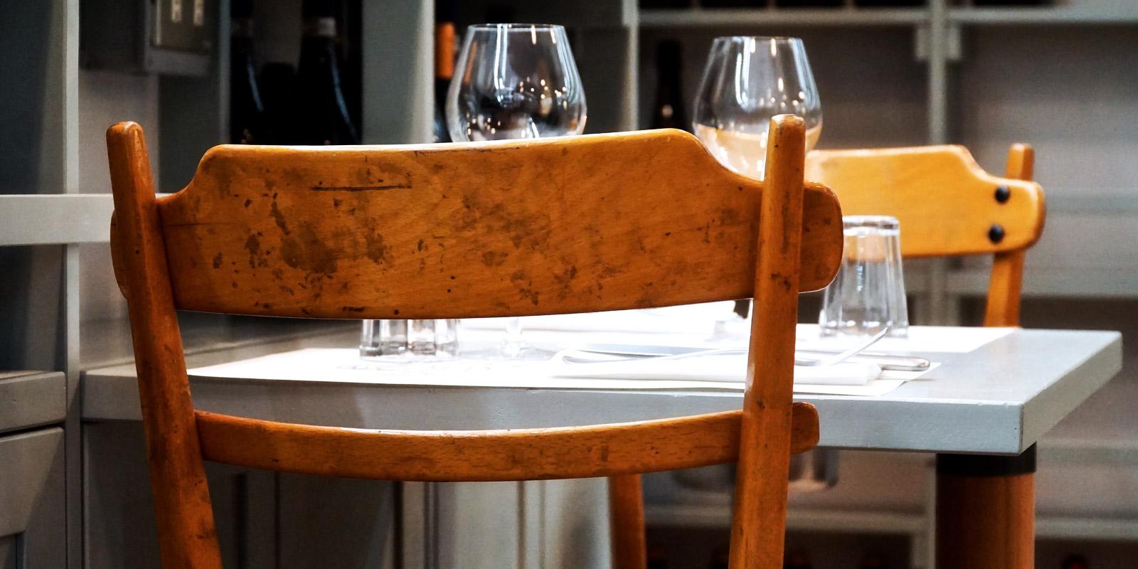 Sedie in legno del ristorante Ercoli, nel quartiere Prati a Roma