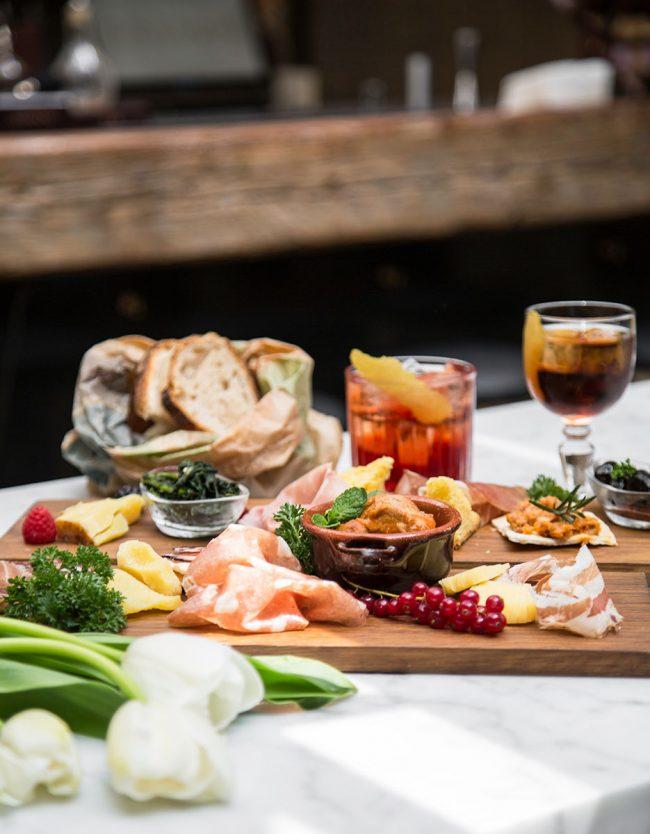 Tagliere con verdure per pranzo o aperitivo