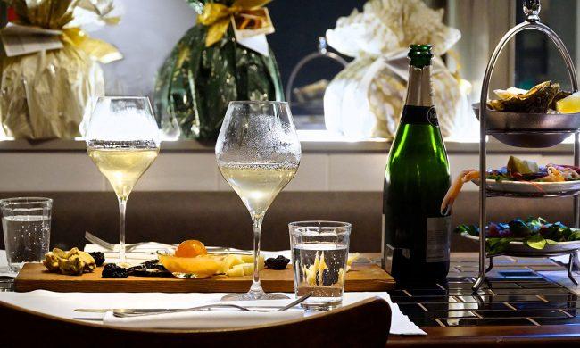 tavolo con calici di vino