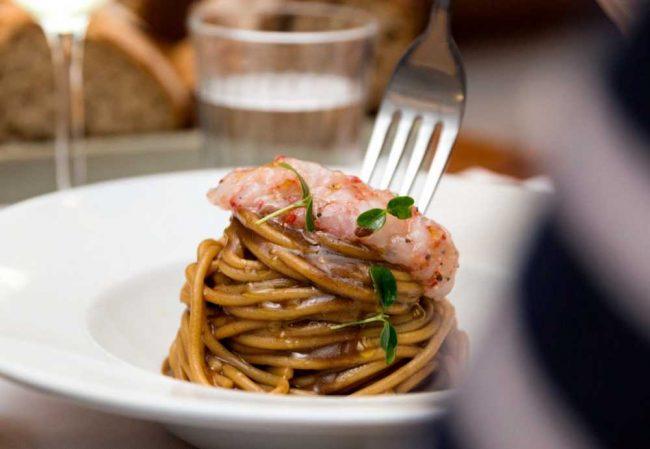 """Spaghetti di Gragnano a marchio """"Ercoli"""" con aglio nero, agrumi e gamberi rossi di Mazara del Vallo"""