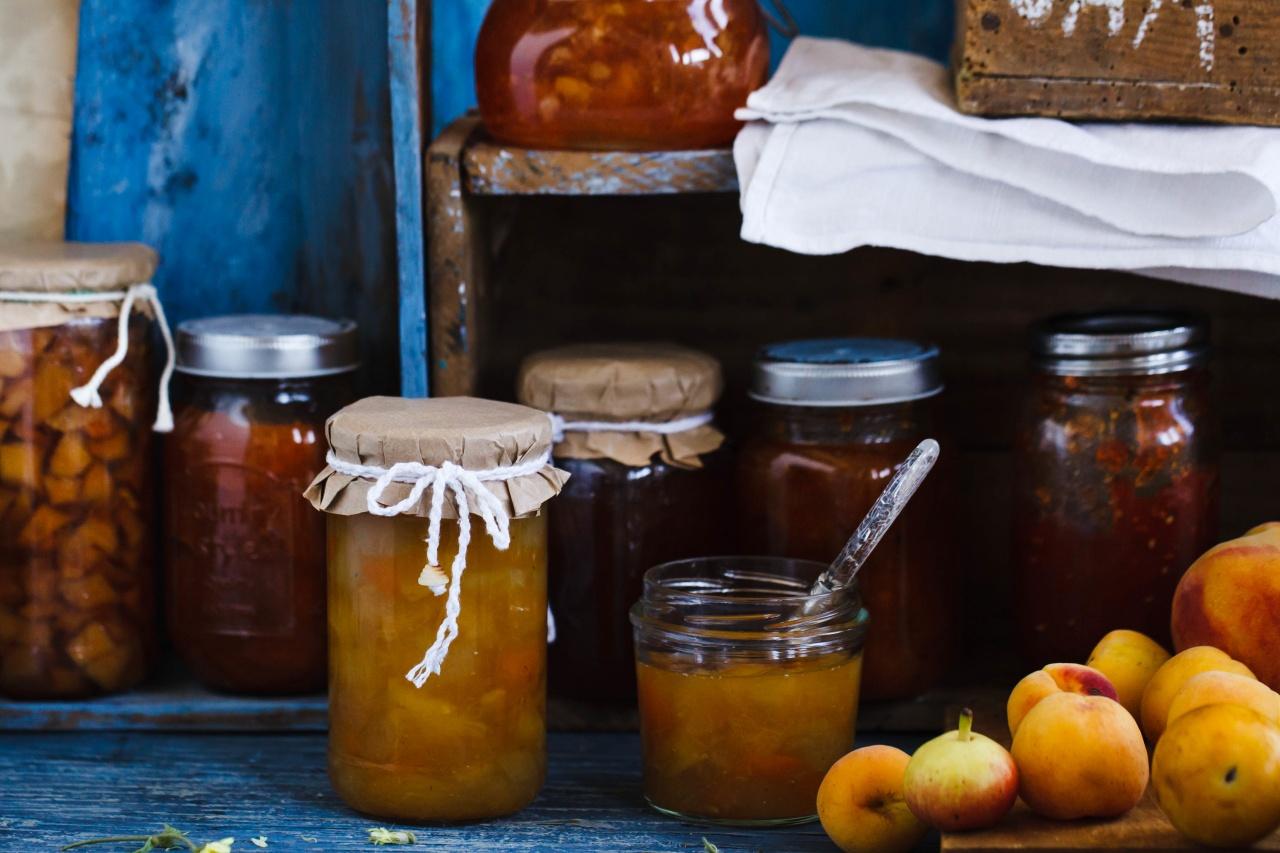 barattoli in vetro con marmellate, confetture e composte e frutta sfusa