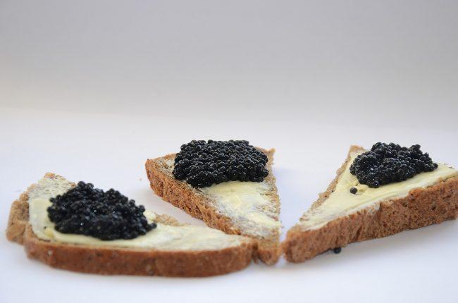 3 fette di pane con burro salato e caviale