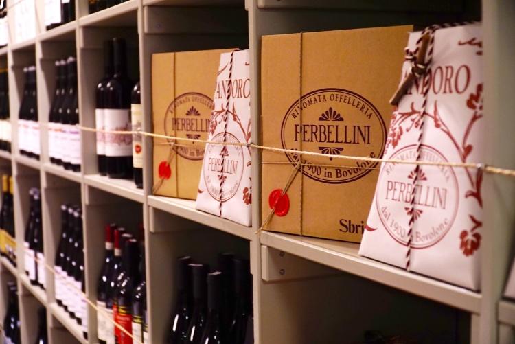 prodotti natalizi perbellini e bottiglie di vino ercoli roma