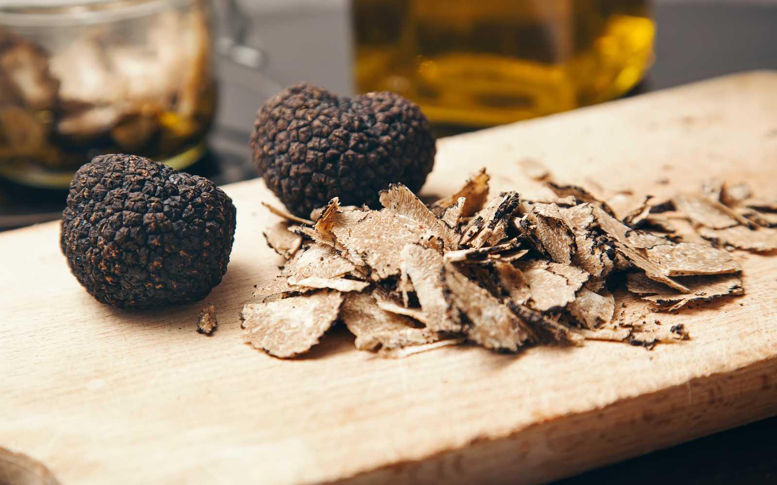 tartufo nero di Norcia su tagliere di legno