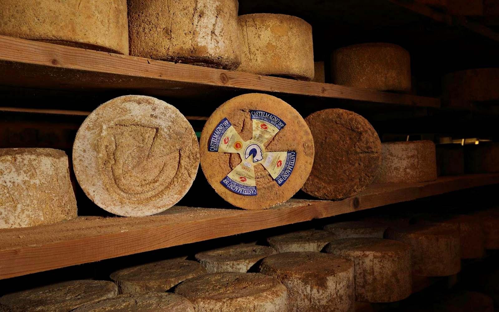stanza con forme di formaggio delle malghe castelmagno