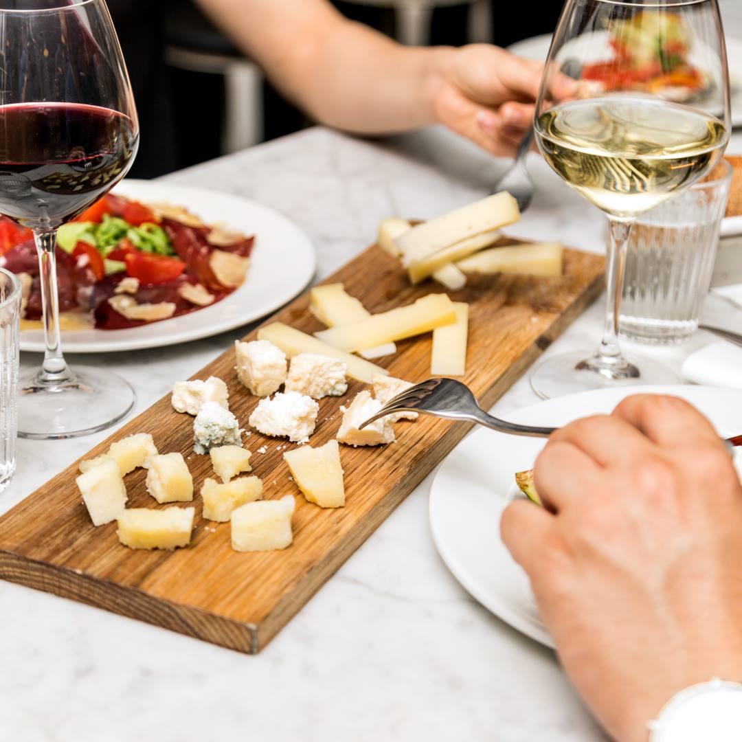 tagliere con formaggio grana padano e parmigiano