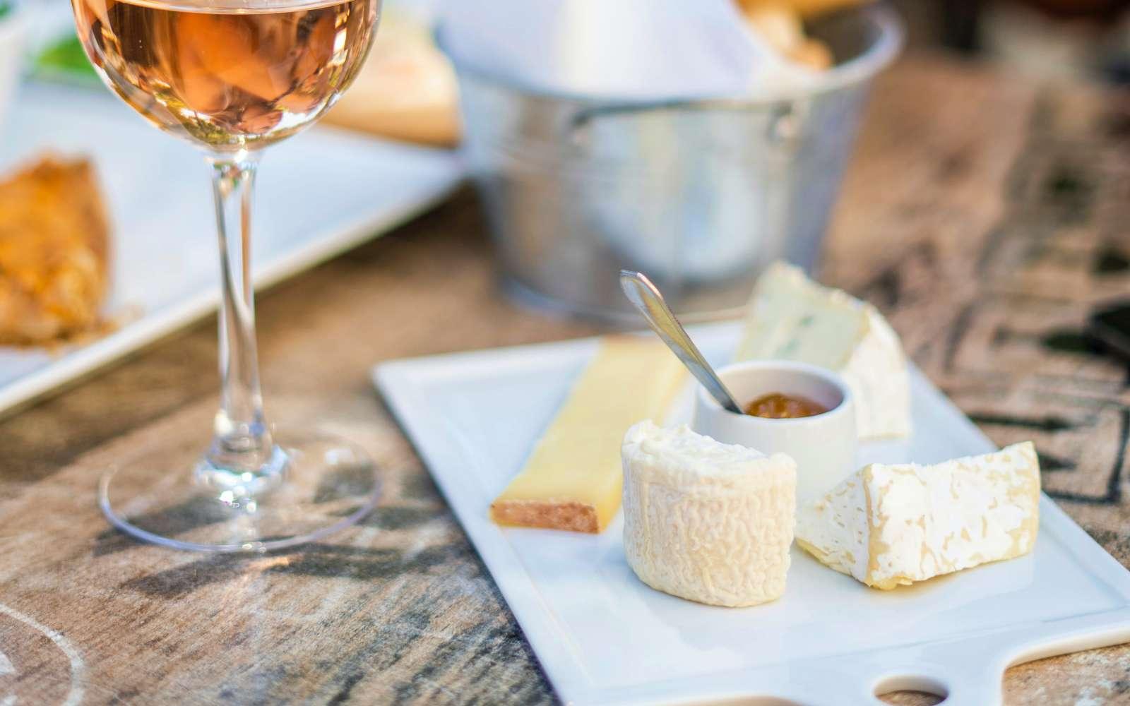 tavola con bicchiere di passito di pantelleria e tagliare con formaggi